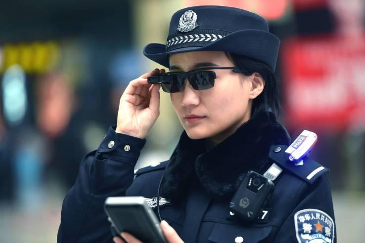 Polisi China Gunakan Kacamata Cerdas untuk Identifikasi Tersangka Potensial