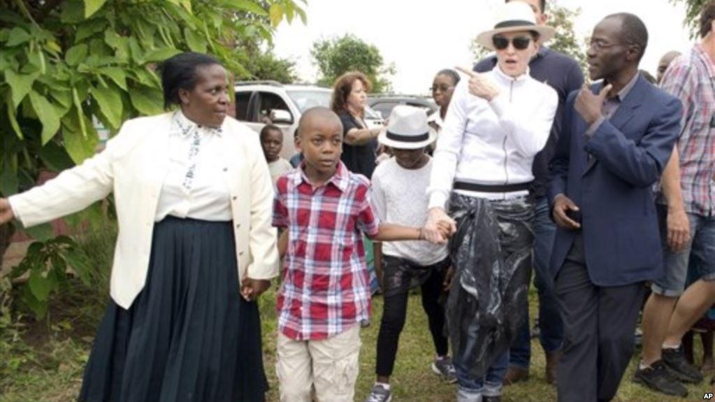 Madonna Galang Dana untuk Anak-Anak Malawi